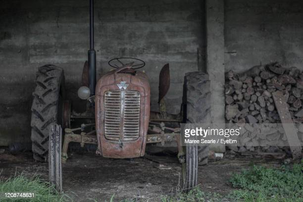 old vintage tractor in barn - cambridge new zealand stock pictures, royalty-free photos & images