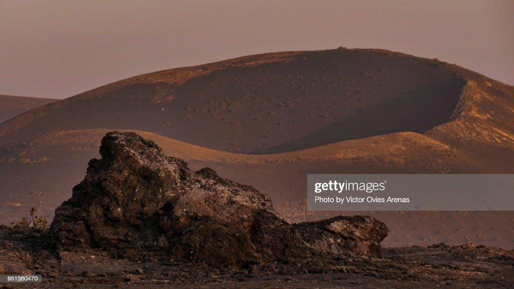 Old volcano crater in la Geria at sunset in Lanzarote, Canary Islands, Spain : Foto de stock