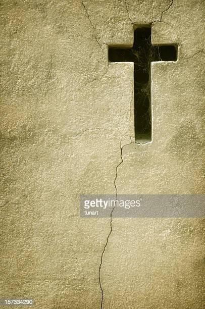 Alte Mauer mit Kreuz