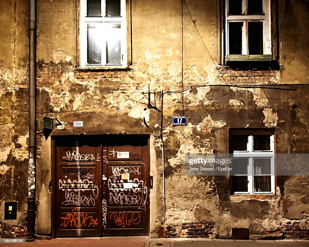 Old Weathered Building By Footpath : Stock-Foto