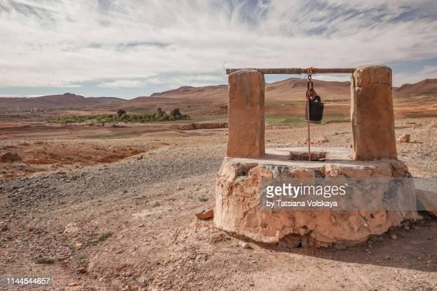 old well in the desert - putten stockfoto's en -beelden