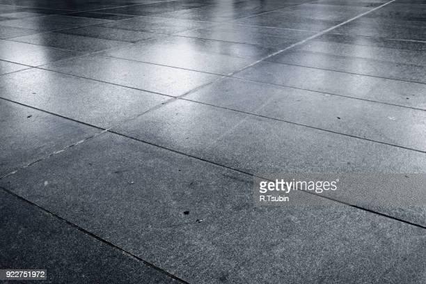 old wet stone paved square - pflasterstein stock-fotos und bilder