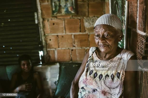 mulher velha e o neto em casa, rio de janeiro, brasil - pobreza questão social - fotografias e filmes do acervo