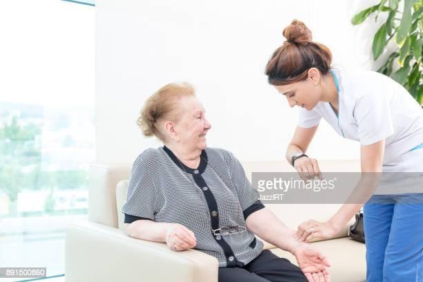 alte frau und ihr heim im gesundheitswesen krankenschwester - arzthelferin stock-fotos und bilder