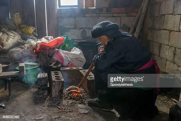 Alte Frau Blasen pipe zu backen die süßen Kartoffeln, China