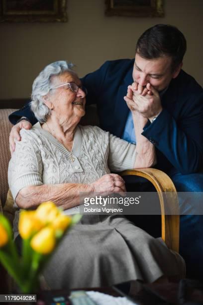 60 fotos e imágenes de gran calidad de Madre Anciana E Hijo And ...