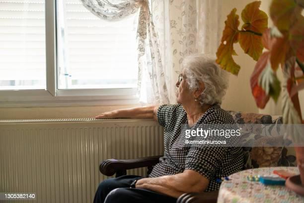 コロナウイルスの流行時に自立する老婦人 - 感受性豊か ストックフォトと画像