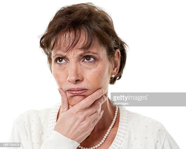 Pensant femme d'âge mûr regarde