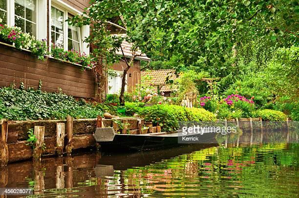 Alten hölzernen Boot auf klaren river in Spreewald/Deutschland