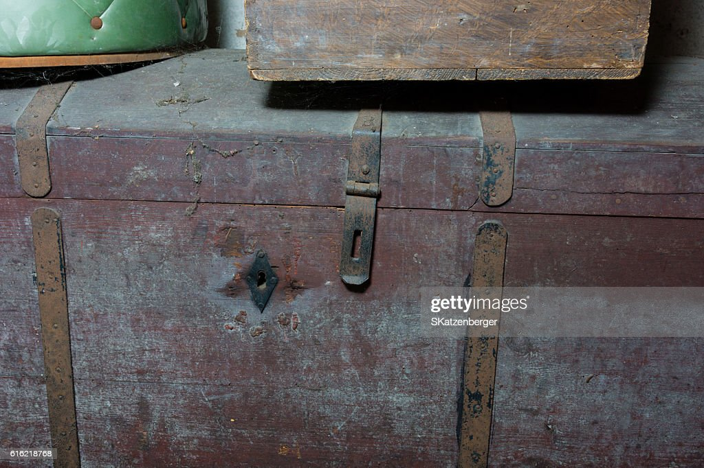 Old wooden chest : Bildbanksbilder