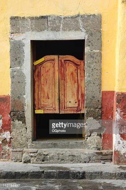 antiga porta de madeira - ogphoto imagens e fotografias de stock