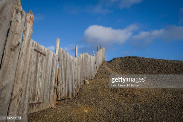 old wooden fence at the hills of slag at the city of  røros norway - finn bjurvoll stock pictures, royalty-free photos & images