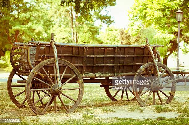alte hölzerne pferdekutsche - pferdeantrieb stock-fotos und bilder