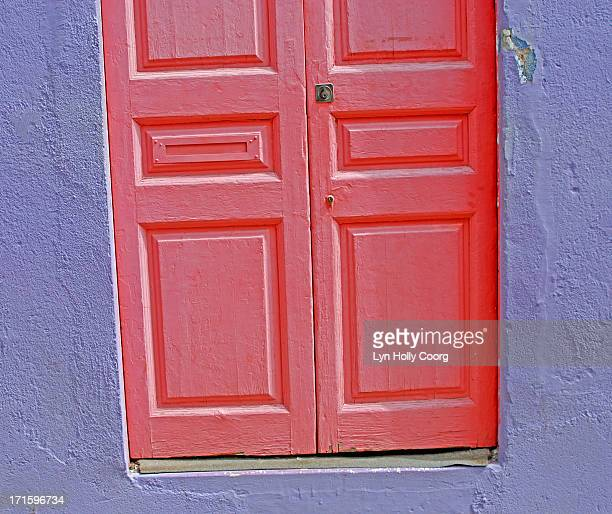old wooden red door and purple wall - lyn holly coorg stock-fotos und bilder