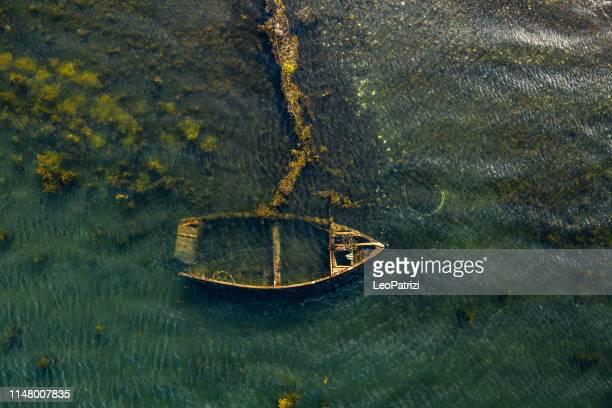 antiguo barco de madera - isla de antigua fotografías e imágenes de stock