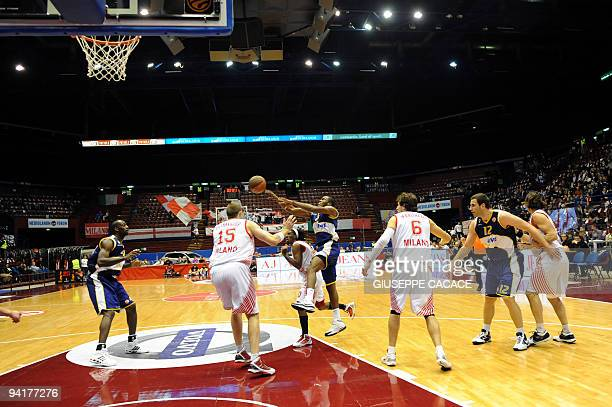 Oldenburg's Bryan Bailey escapes AJ Milano players during their Euroleague basketball match on December 9 2009 in Assago in Milan AFP PHOTO /...