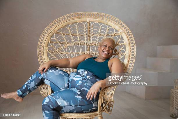older black woman doing yoga - chesty love stock pictures, royalty-free photos & images