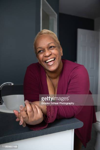 older black woman in bathroom - chesty love stock pictures, royalty-free photos & images