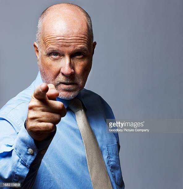 Älterer Geschäftsmann, zeigt Geste