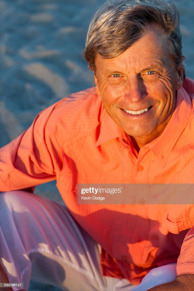 Older Caucasian man smiling on beach : Foto stock