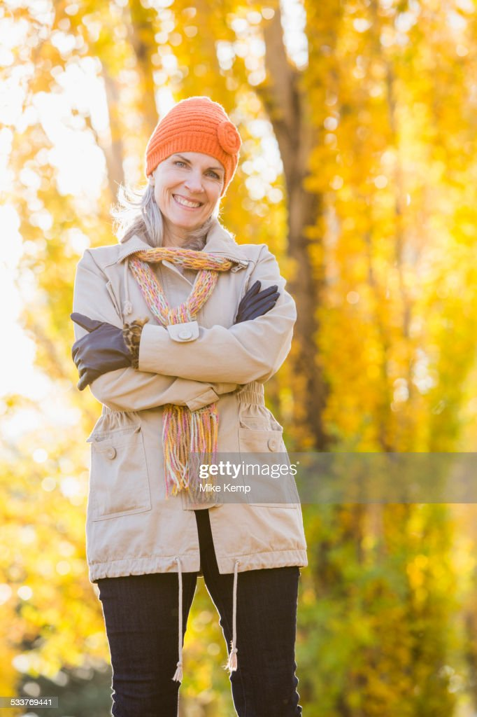 Older Caucasian woman smiling near autumn trees : Foto stock