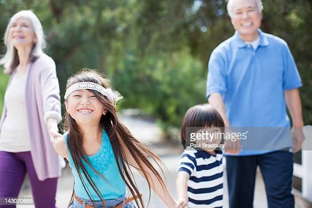 古いカップル歩行屋外と孫
