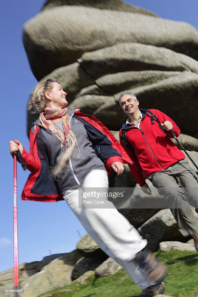 Older couple out hiking : Stockfoto