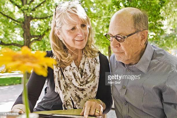 Ältere paar lesen Menü im Café