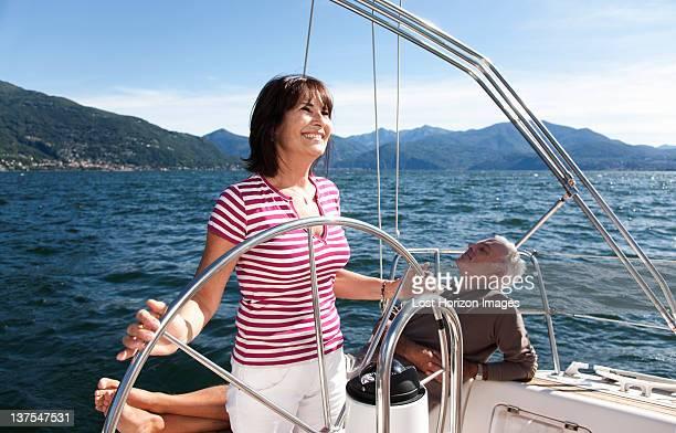 Älteres Paar entspannenden auf Segelboot