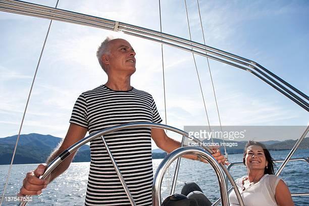 couple de retraités se détendre sur un bateau à voile