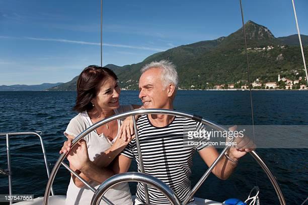 couple de retraités ensemble de navigation