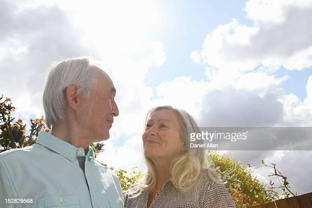 Älteres Paar stehen außerhalb zusammen