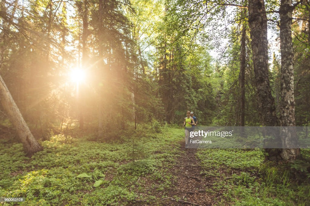 Älteres paar Trailrunning im Wald : Stock-Foto