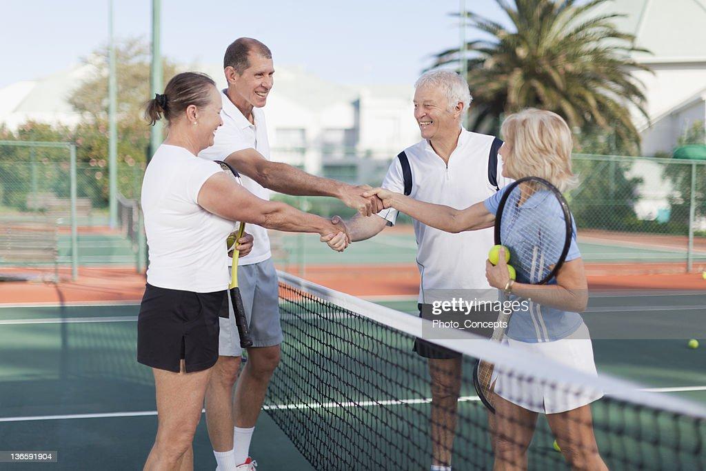Vecchia coppia stringe la mano al tennis : Foto stock