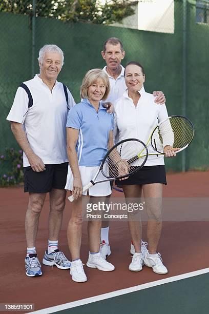Ältere Paare auf den Tennisplatz
