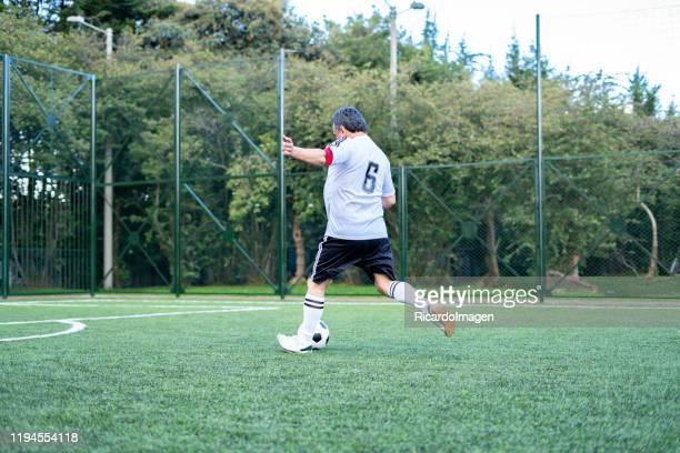 futbolista mayor listo para empezar a jugar un partido - liga de fútbol fotografías e imágenes de stock