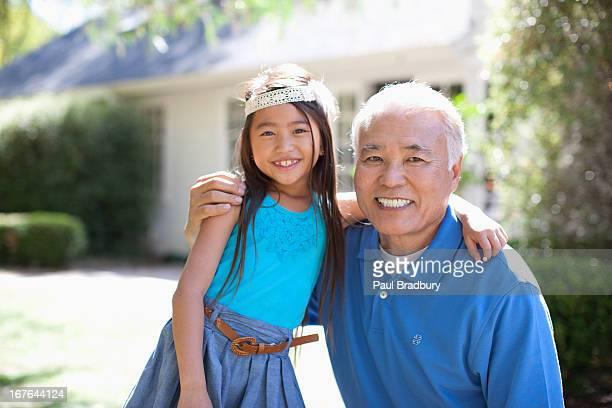 古いの男性と孫娘独立した屋外