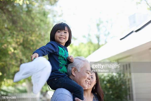 孫以上の肩に運ぶ男 - 日本人のみ ストックフォトと画像