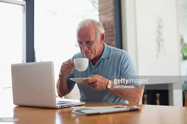 Idade homem com copo de café interior