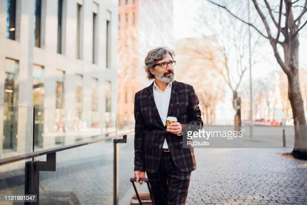 older man on a business travel - independência imagens e fotografias de stock