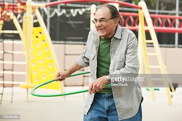anziani uomo con hoola hoop - città di west new york new jersey foto e immagini stock