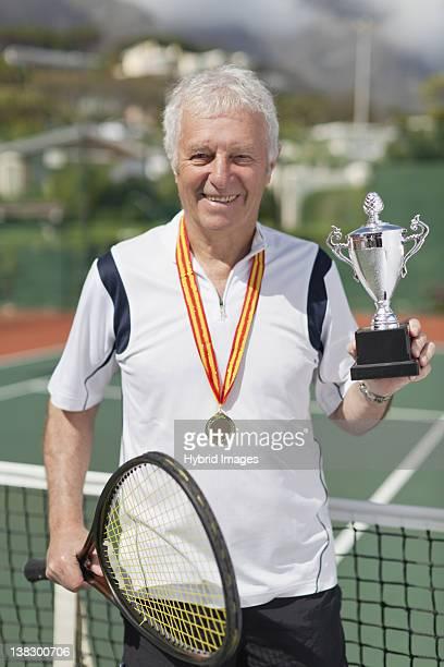 D Homme avec trophée sur le court de tennis