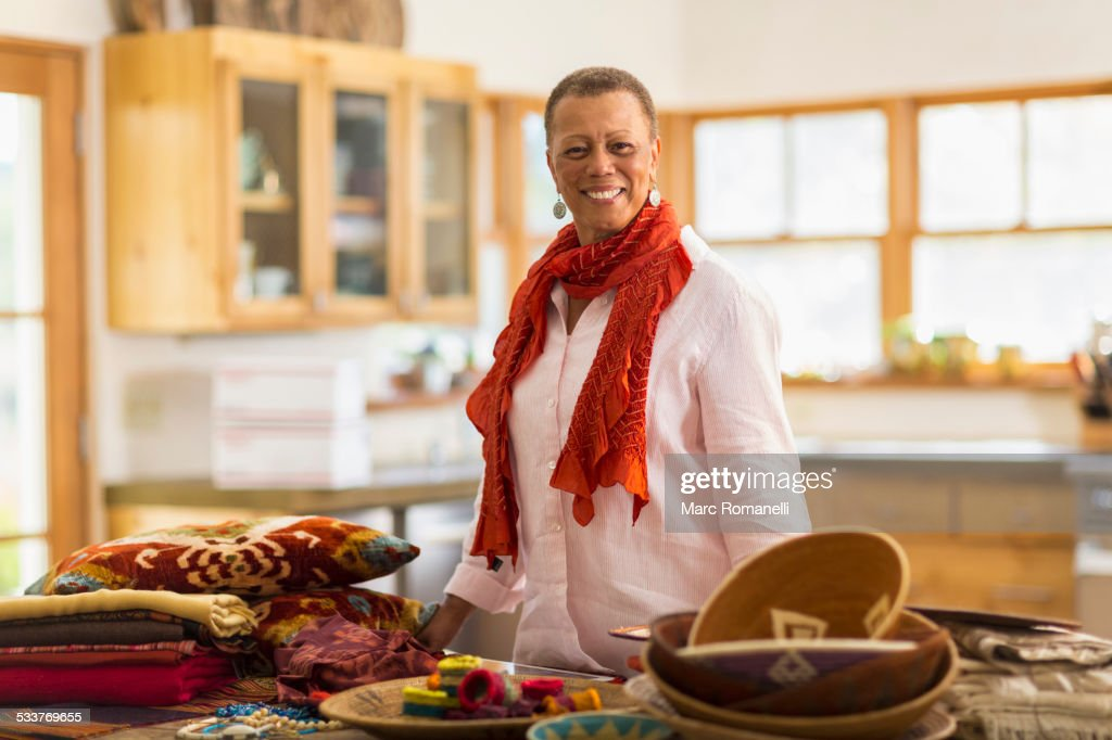 Older mixed race woman smiling in home office : Foto stock