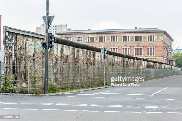 older part of the berlin wall with no graffiti - berlin wall stock pictures, royalty-free photos & images