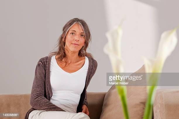 Ältere Frau entspannend auf sofa