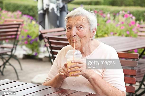Senior Femme buvant Limonade