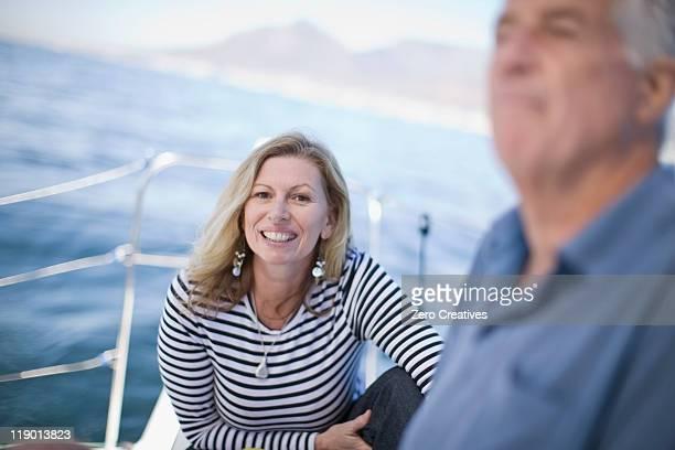 Âgés de femme souriant sur bateau