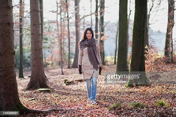 Ältere Frau zu Fuß im Wald
