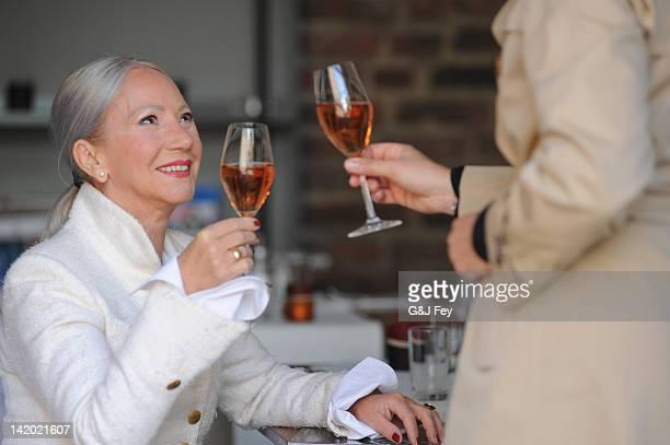 Mulheres mais velhas tostar todos os outros no Café
