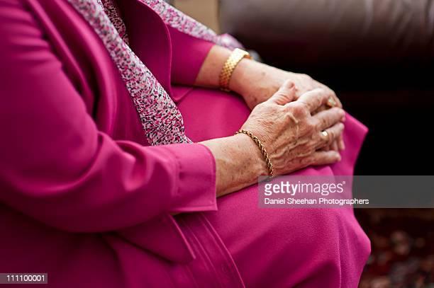 older women's hands - pulsera fotografías e imágenes de stock